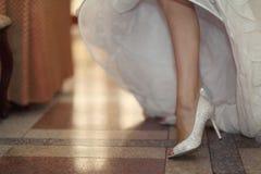Scarpe ed i piedi della sposa Fotografie Stock Libere da Diritti
