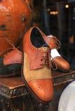 Scarpe eleganti degli uomini in un deposito della finestra Immagini Stock