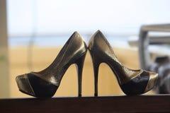 Scarpe eleganti dell'oro Fotografie Stock Libere da Diritti
