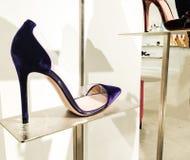 Scarpe eleganti delle donne della pompa del punto-dito del piede della pelle scamosciata Immagini Stock