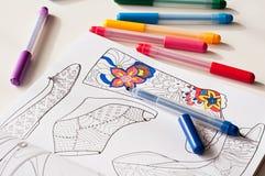 Scarpe eterogenee del modello e penne del feltro di colore sulla tavola immagine stock