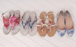 Scarpe femminili di estate, assortimento, vetrina, stanza frontale di negozio Fotografia Stock