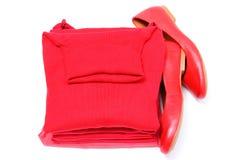 Scarpe femminili e mucchio dei vestiti rossi Priorità bassa bianca Fotografia Stock Libera da Diritti