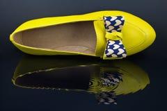 Scarpe gialle delle signore Fotografie Stock Libere da Diritti