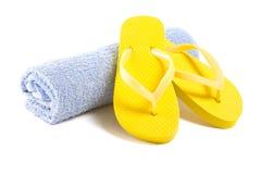 Scarpe gialle ed asciugamano di Flip-flop isolati su bianco Fotografia Stock