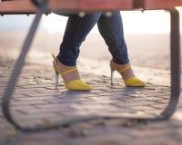 Scarpe gialle graziose fotografia stock libera da diritti