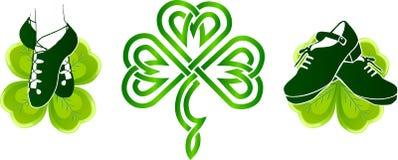 Scarpe irlandesi di dancing sui trifogli verdi Fotografia Stock