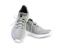 Scarpe maschii di paia di sport grigio isolate immagine stock