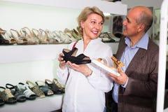 Scarpe mature di raccolto delle coppie in boutique Fotografia Stock Libera da Diritti
