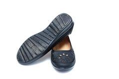 Scarpe nere delle donne di modo fotografie stock