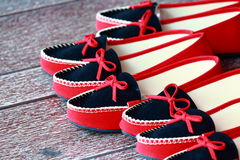 Scarpe nere e rosse del fannullone delle donne Fotografia Stock Libera da Diritti