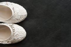 Scarpe nuziali del bello pizzo bianco Fotografie Stock