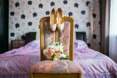 Scarpe nuziali di nozze e del mazzo Immagine Stock Libera da Diritti