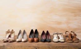 Scarpe organizzate del ` s della donna sul pavimento di legno Immagine Stock Libera da Diritti