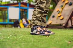 41070614f14cf1 Scarpe ortopediche del ` s dei bambini sui piedi del ` s del ragazzo  immagini stock