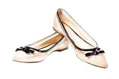 Scarpe, paia delle scarpe femminili beige isolate Fotografie Stock