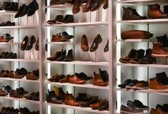 Scarpe per gli uomini, deposito di modo Immagini Stock