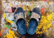 Scarpe per mettere sopra i precedenti vivi variopinti della spruzzata di colore Fotografie Stock Libere da Diritti
