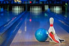 Scarpe, perno di bowling e palla per il gioco lanciante Fotografie Stock Libere da Diritti
