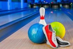 Scarpe, perno di bowling e palla per il gioco lanciante Immagini Stock Libere da Diritti