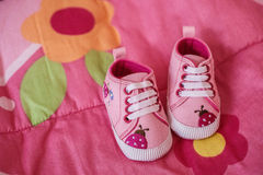 Scarpe rosa per la piccola neonata fotografia stock