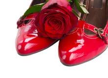 Scarpe rosse con il fiore rosa Fotografie Stock Libere da Diritti