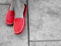 Scarpe rosse sul pavimento in bianco e nero fotografia stock libera da diritti