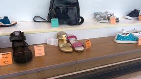 Scarpe scontate nella finestra del negozio a Budapest Ungheria fotografie stock