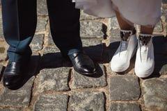 Scarpe sposa e sposo fotografia stock libera da diritti