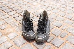 Scarpe su terra Immagini Stock