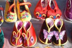 Scarpe tradizionali cinesi del panno del bambino Fotografie Stock Libere da Diritti