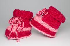 Scarpe tricottate per i bambini piccoli Fotografie Stock Libere da Diritti