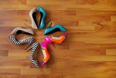 Scarpe variopinte su un pavimento di legno immagine stock libera da diritti