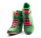 Scarpe verdi con i laccetti rossi Fotografia Stock Libera da Diritti