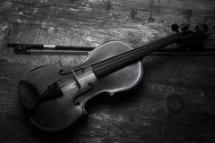 Scarsa visibilità di conversione artistica in bianco e nero del violino Fotografie Stock