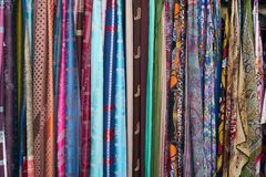 Scarves coloridos em um mercado em Italy foto de stock royalty free