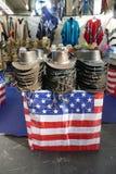 Scarves da reprodução da bandeira dos EUA e chapéus ocidentais Fotografia de Stock
