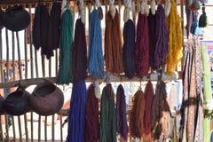 Scarves och housewares som är till salu på marknaden i Cuzco, Peru Arkivfoto