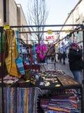 Scarves och smycken på försäljning på bönder marknadsför i Lancaster England i mitten av staden arkivbild