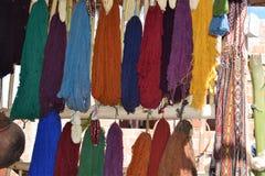 Scarves som är till salu på marknaden i Cuzco, Peru Royaltyfri Bild