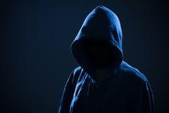 Scary γυναίκα με την κουκούλα στο σκοτάδι στοκ εικόνα με δικαίωμα ελεύθερης χρήσης