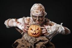 Scary μούμια που κρατά την κολοκύθα Στοκ φωτογραφία με δικαίωμα ελεύθερης χρήσης