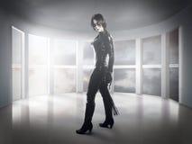 scary a mulher vestiu-se no látex, no chicote e nas asas pretas imagem de stock