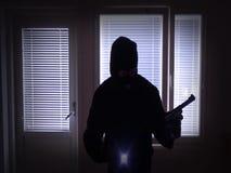 Scassinatore con la pistola che irrompe dalla finestra stock footage
