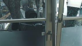 Scassinatore con la porta della rottura del bastone a leva per entrare nella casa stock footage