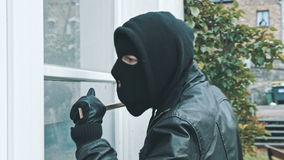 Scassinatore con la porta della rottura del bastone a leva per entrare nella casa archivi video
