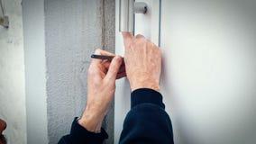 Scassinatore con la porta della rottura di serratura-raccolto per entrare nella casa archivi video
