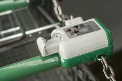 scassinatore della moneta sull'allineamento dei carrelli del supermercato Fotografie Stock