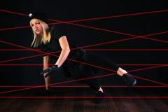 Scassinatore di gatto che negozia il sistema di allarme del fascio laser Immagini Stock
