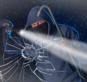 Scassinatore di notte circa da rompersi in una casa immagini stock libere da diritti